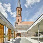 Das evangelische Gemeindehaus Linkenheim mit Blick auf die Kirche